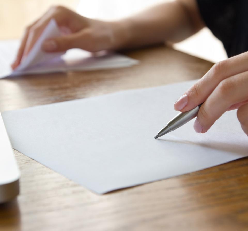 biała kartka idługopis wdłoni